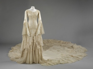 l_exposition_wedding_dresses_1775_2014_robe_en_soie_sign__e_norman_hartnell__1933__donn__e_et_port__e_par_la_duchesse_margaret_d_argyll_56284480_north_883x.1